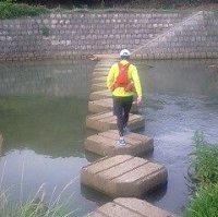 名物!竜尾川の飛び石渡り